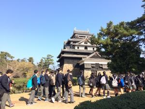 修学旅行生と松江城